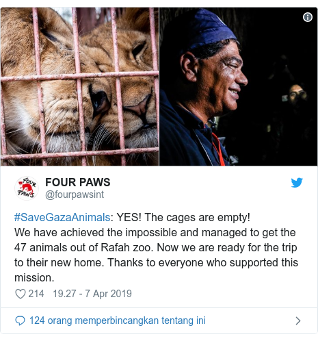 Twitter pesan oleh @fourpawsint: #SaveGazaAnimals  YES! The cages are empty!We have achieved the impossible and managed to get the 47 animals out of Rafah zoo. Now we are ready for the trip to their new home. Thanks to everyone who supported this mission.