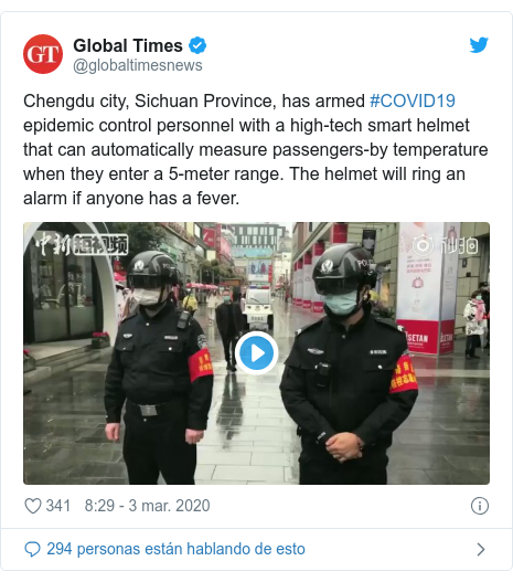Publicación de Twitter por @globaltimesnews: Chengdu city, Sichuan Province, has armed #COVID19 epidemic control personnel with a high-tech smart helmet that can automatically measure passengers-by temperature when they enter a 5-meter range. The helmet will ring an alarm if anyone has a fever.