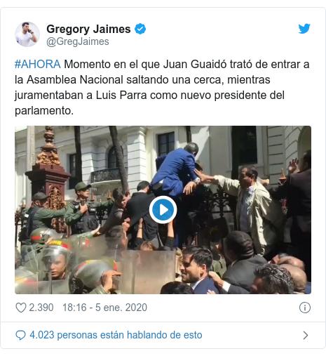 Publicación de Twitter por @GregJaimes: #AHORA Momento en el que Juan Guaidó trató de entrar a la Asamblea Nacional saltando una cerca, mientras juramentaban a Luis Parra como nuevo presidente del parlamento.