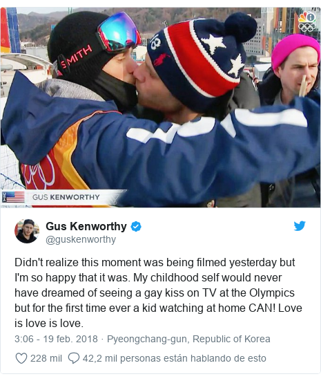 Publicación de Twitter por @guskenworthy: Didn't realize this moment was being filmed yesterday but I'm so happy that it was. My childhood self would never have dreamed of seeing a gay kiss on TV at the Olympics but for the first time ever a kid watching at home CAN! Love is love is love.