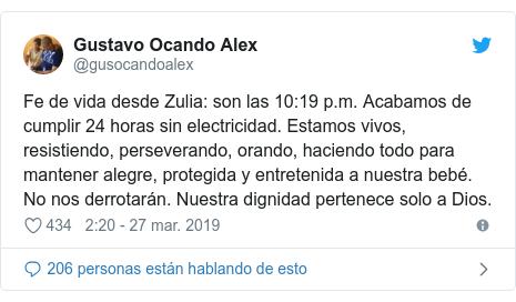 Publicación de Twitter por @gusocandoalex: Fe de vida desde Zulia  son las 10 19 p.m. Acabamos de cumplir 24 horas sin electricidad. Estamos vivos, resistiendo, perseverando, orando, haciendo todo para mantener alegre, protegida y entretenida a nuestra bebé. No nos derrotarán. Nuestra dignidad pertenece solo a Dios.