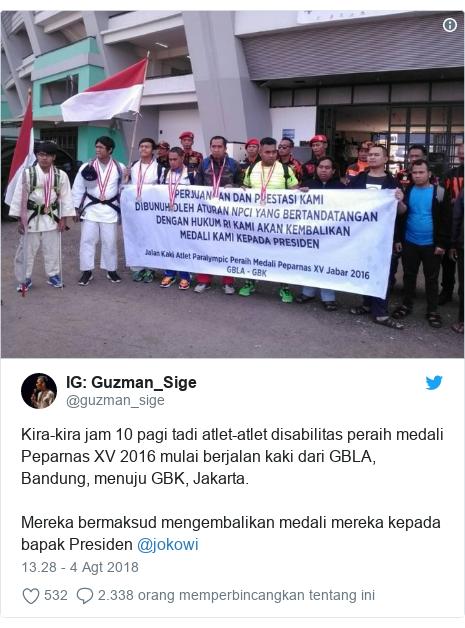 Twitter pesan oleh @guzman_sige: Guzman_Sige  Kira-kira jam 10 pagi tadi atlet-atlet disabilitas peraih medali Peparnas XV 2016 mulai berjalan kaki dari GBLA, Bandung, menuju GBK, Jakarta.Mereka bermaksud mengembalikan medali mereka kepada bapak Presiden @jokowi