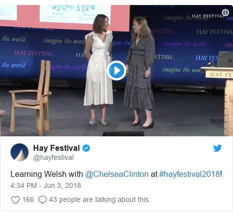 Neges Twitter gan @hayfestival: Learning Welsh with @ChelseaClinton at #hayfestival2018!