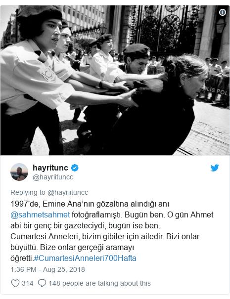 Twitter post by @hayriituncc: 1997'de, Emine Ana'nın gözaltına alındığı anı @sahmetsahmet fotoğraflamıştı. Bugün ben. O gün Ahmet abi bir genç bir gazeteciydi, bugün ise ben. Cumartesi Anneleri, bizim gibiler için ailedir. Bizi onlar büyüttü. Bize onlar gerçeği aramayı öğretti.#CumartesiAnneleri700Hafta