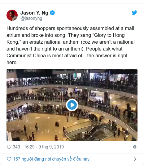 """Twitter bởi @jasonyng: Hundreds of shoppers spontaneously assembled at a mall atrium and broke into song. They sang """"Glory to Hong Kong,"""" an ersatz national anthem (coz we aren't a national and haven't the right to an anthem). People ask what Communist China is most afraid of—the answer is right here."""