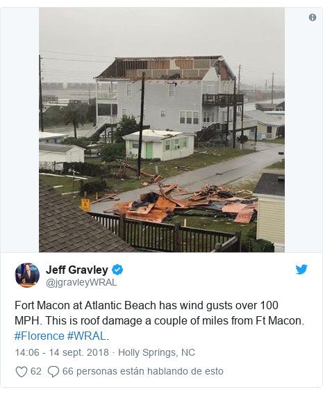 Publicación de Twitter por @jgravleyWRAL: Fort Macon at Atlantic Beach has wind gusts over 100 MPH. This is roof damage a couple of miles from Ft Macon. #Florence #WRAL.