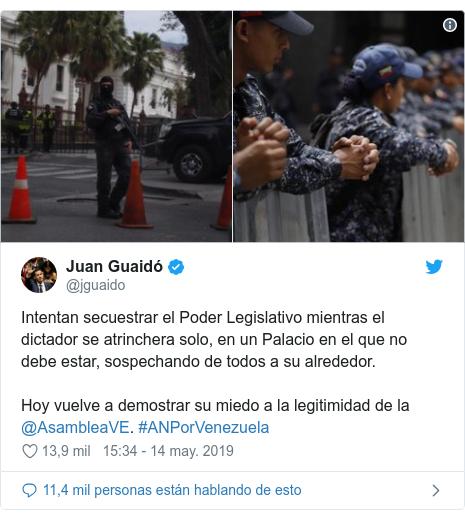 Publicación de Twitter por @jguaido: Intentan secuestrar el Poder Legislativo mientras el dictador se atrinchera solo, en un Palacio en el que no debe estar, sospechando de todos a su alrededor. Hoy vuelve a demostrar su miedo a la legitimidad de la @AsambleaVE. #ANPorVenezuela