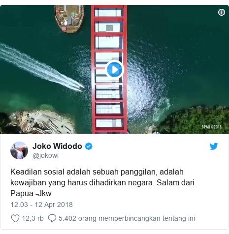 Twitter pesan oleh @jokowi: Keadilan sosial adalah sebuah panggilan, adalah kewajiban yang harus dihadirkan negara. Salam dari Papua -Jkw