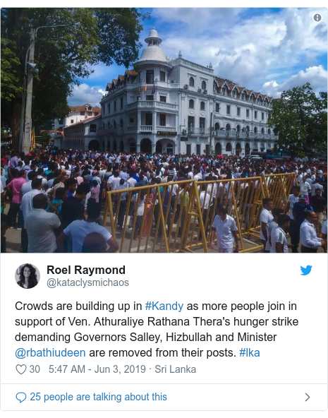 Twitter හි @kataclysmichaos කළ පළකිරීම: Crowds are building up in #Kandy as more people join in support of Ven. Athuraliye Rathana Thera's hunger strike demanding Governors Salley, Hizbullah and Minister @rbathiudeen are removed from their posts. #lka