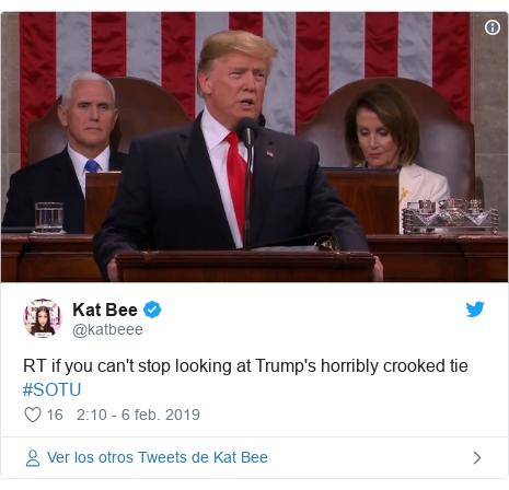 Publicación de Twitter por @katbeee: RT if you can't stop looking at Trump's horribly crooked tie #SOTU