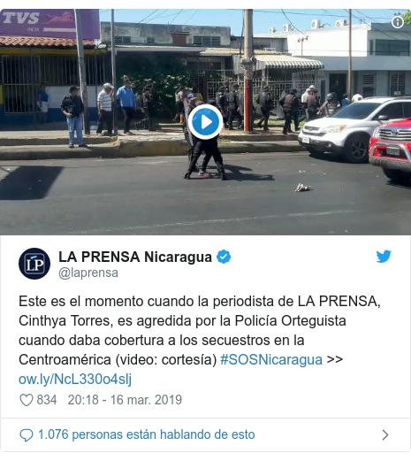 Publicación de Twitter por @laprensa: Este es el momento cuando la periodista de LA PRENSA, Cinthya Torres, es agredida por la Policía Orteguista cuando daba cobertura a los secuestros en la Centroamérica (video  cortesía) #SOSNicaragua >>