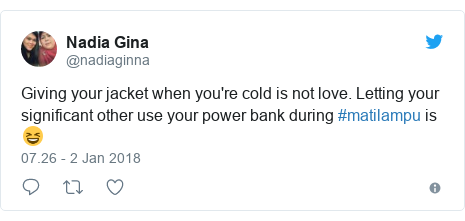 Twitter pesan oleh @nadiaginna: Giving your jacket when you're cold is not love. Letting your significant other use your power bank during #matilampu is 😆