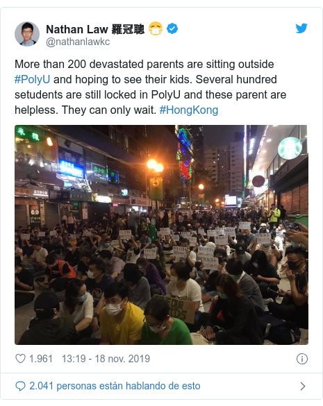 Publicación de Twitter por @nathanlawkc: More than 200 devastated parents are sitting outside #PolyU and hoping to see their kids. Several hundred setudents are still locked in PolyU and these parent are helpless. They can only wait. #HongKong