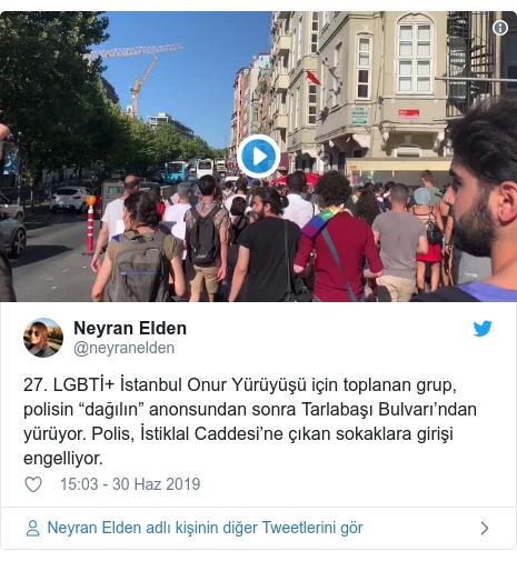 """@neyranelden tarafından yapılan Twitter paylaşımı: 27. LGBTİ+ İstanbul Onur Yürüyüşü için toplanan grup, polisin """"dağılın"""" anonsundan sonra Tarlabaşı Bulvarı'ndan yürüyor. Polis, İstiklal Caddesi'ne çıkan sokaklara girişi engelliyor."""