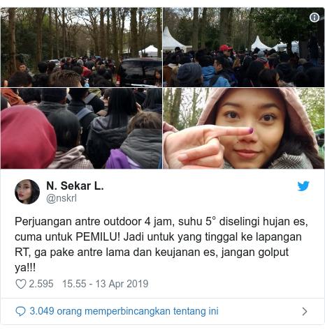 Twitter pesan oleh @nskrl: Perjuangan antre outdoor 4 jam, suhu 5° diselingi hujan es, cuma untuk PEMILU! Jadi untuk yang tinggal ke lapangan RT, ga pake antre lama dan keujanan es, jangan golput ya!!!