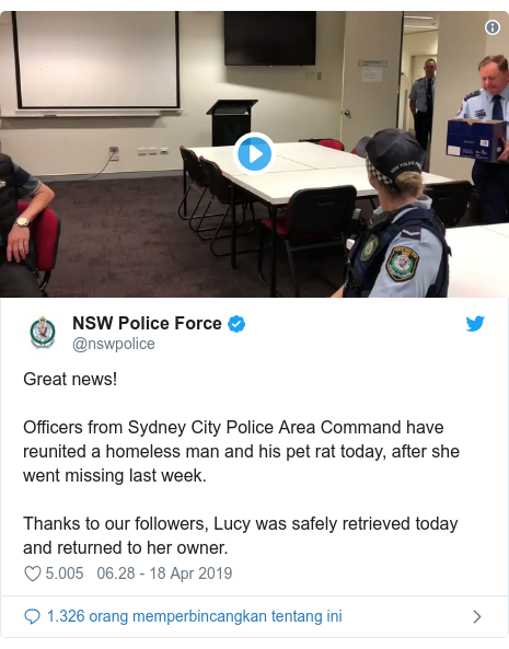 Twitter pesan oleh @nswpolice: Great news!Officers from Sydney City Police Area Command have reunited a homeless man and his pet rat today, after she went missing last week.Thanks to our followers, Lucy was safely retrieved today and returned to her owner.