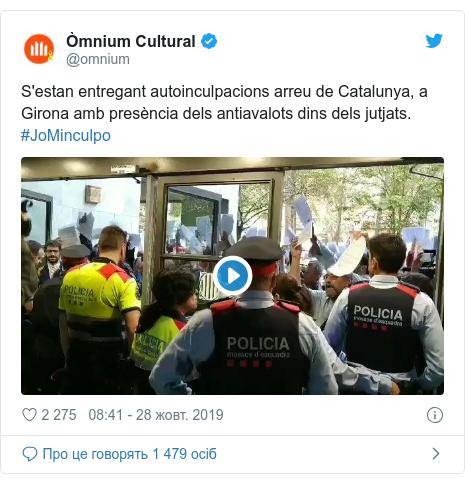 Twitter допис, автор: @omnium: S'estan entregant autoinculpacions arreu de Catalunya, a Girona amb presència dels antiavalots dins dels jutjats. #JoMinculpo