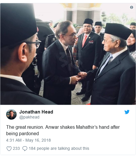 Twitter post by @pakhead: The great reunion. Anwar shakes Mahathir's hand after being pardoned
