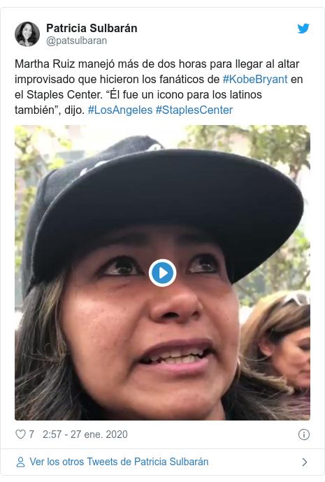"""Publicación de Twitter por @patsulbaran: Martha Ruiz manejó más de dos horas para llegar al altar improvisado que hicieron los fanáticos de #KobeBryant en el Staples Center. """"Él fue un icono para los latinos también"""", dijo. #LosAngeles #StaplesCenter"""