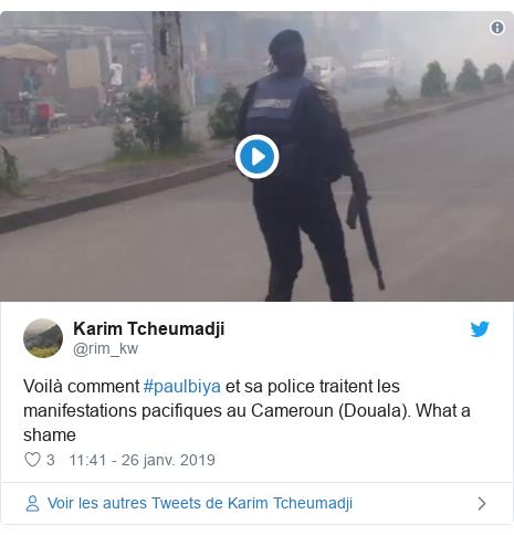 Twitter publication par @rim_kw: Voilà comment #paulbiya et sa police traitent les manifestations pacifiques au Cameroun (Douala). What a shame