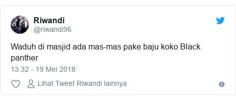 Twitter pesan oleh @riwandi96: Waduh di masjid ada mas-mas pake baju koko Black panther
