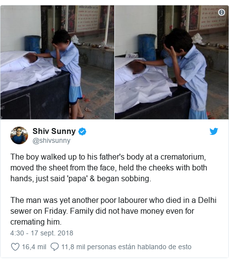 Publicación de Twitter por @shivsunny: The boy walked up to his father's body at a crematorium, moved the sheet from the face, held the cheeks with both hands, just said 'papa' & began sobbing.The man was yet another poor labourer who died in a Delhi sewer on Friday. Family did not have money even for cremating him.