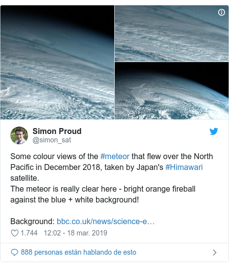 Publicación de Twitter por @simon_sat: Some colour views of the #meteor that flew over the North Pacific in December 2018, taken by Japan's #Himawari satellite.The meteor is really clear here - bright orange fireball against the blue + white background!Background