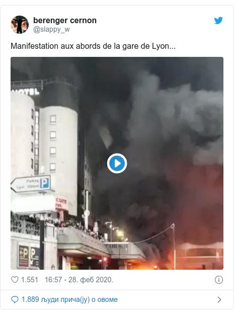 Twitter post by @slappy_w: Manifestation aux abords de la gare de Lyon...