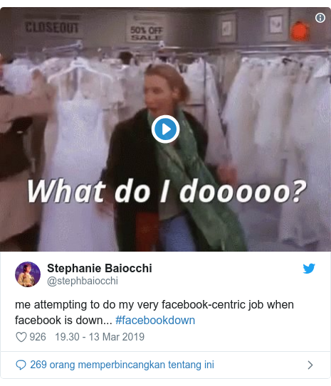 Twitter pesan oleh @stephbaiocchi: me attempting to do my very facebook-centric job when facebook is down... #facebookdown