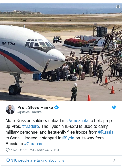 Ujumbe wa Twitter wa @steve_hanke: More Russian soldiers unload in #Venezuela to help prop up Pres. #Maduro. The Ilyushin IL-62M is used to carry military personnel and frequently flies troops from #Russia to Syria -- indeed it stopped in #Syria on its way from Russia to #Caracas.