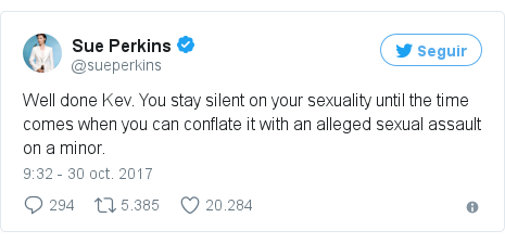 Publicación de Twitter por @sueperkins: Well done Kev. You stay silent on your sexuality until the time comes when you can conflate it with an alleged sexual assault on a minor.