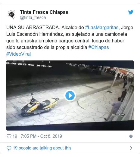 Twitter waxaa daabacay @tinta_fresca: UNA SU ARRASTRADA. Alcalde de #LasMargaritas, Jorge Luis Escandón Hernández, es sujetado a una camioneta que lo arrastra en pleno parque central, luego de haber sido secuestrado de la propia alcaldía #Chiapas #VideoViral