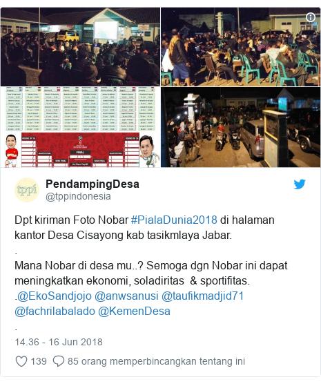Twitter pesan oleh @tppindonesia: Dpt kiriman Foto Nobar #PialaDunia2018 di halaman kantor Desa Cisayong kab tasikmlaya Jabar..Mana Nobar di desa mu..? Semoga dgn Nobar ini dapat meningkatkan ekonomi, soladiritas  & sportifitas..@EkoSandjojo @anwsanusi @taufikmadjid71 @fachrilabalado @KemenDesa .