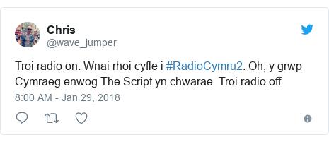 Neges Twitter gan @wave_jumper: Troi radio on. Wnai rhoi cyfle i #RadioCymru2. Oh, y grwp Cymraeg enwog The Script yn chwarae. Troi radio off.