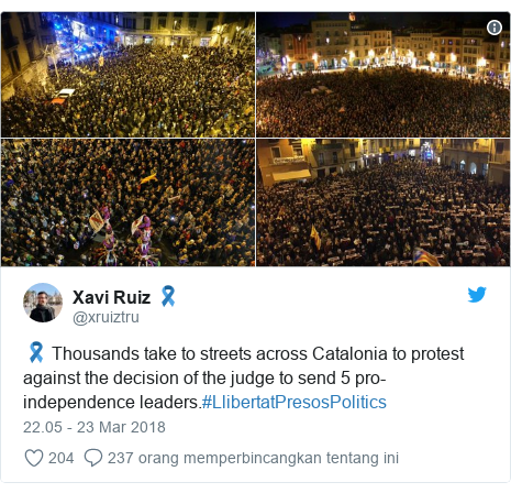 Twitter pesan oleh @xruiztru: 🎗 Thousands take to streets across Catalonia to protest against the decision of the judge to send 5 pro-independence leaders.#LlibertatPresosPolitics