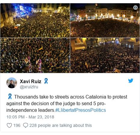 Twitter post by @xruiztru: 🎗 Thousands take to streets across Catalonia to protest against the decision of the judge to send 5 pro-independence leaders.#LlibertatPresosPolitics