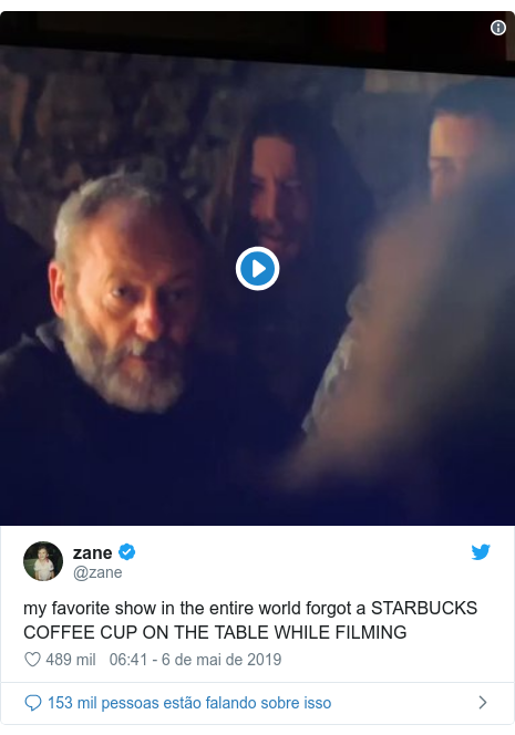 Twitter post de @zane: my favorite show in the entire world forgot a STARBUCKS COFFEE CUP ON THE TABLE WHILE FILMING