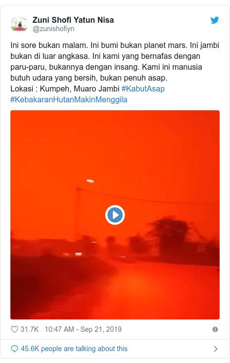 Twitter post by @zunishofiyn: Ini sore bukan malam. Ini bumi bukan planet mars. Ini jambi bukan di luar angkasa. Ini kami yang bernafas dengan paru-paru, bukannya dengan insang. Kami ini manusia butuh udara yang bersih, bukan penuh asap.Lokasi   Kumpeh, Muaro Jambi #KabutAsap #KebakaranHutanMakinMenggila