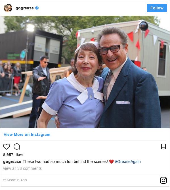 Publicación de Instagram por gogrease: These two had so much fun behind the scenes! ❤️ #GreaseAgain