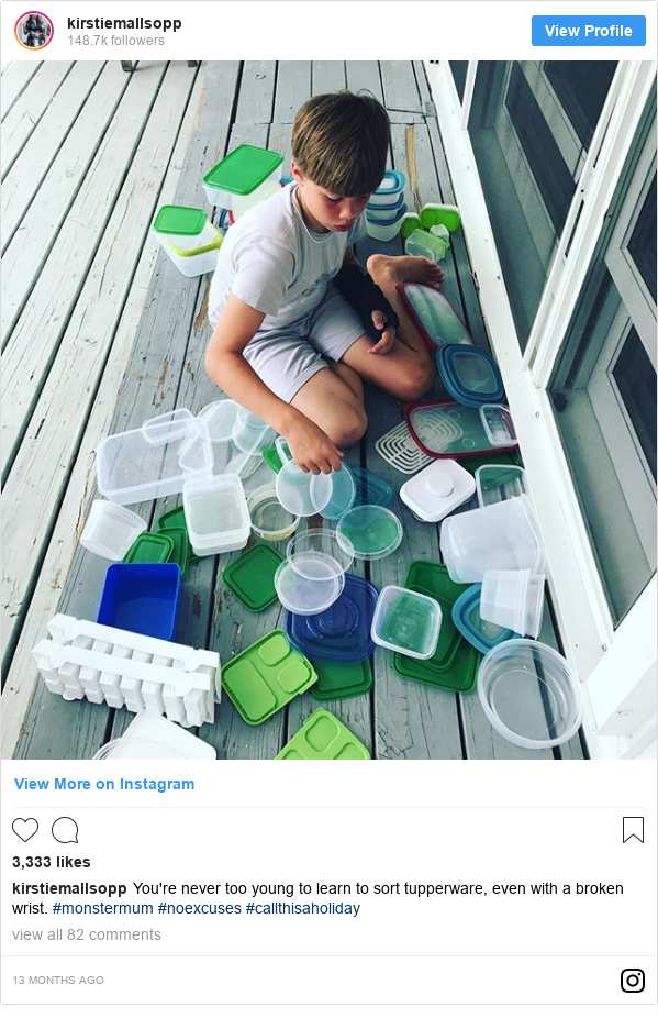 Publicación de Instagram por kirstiemallsopp: You're never too young to learn to sort tupperware, even with a broken wrist. #monstermum #noexcuses #callthisaholiday