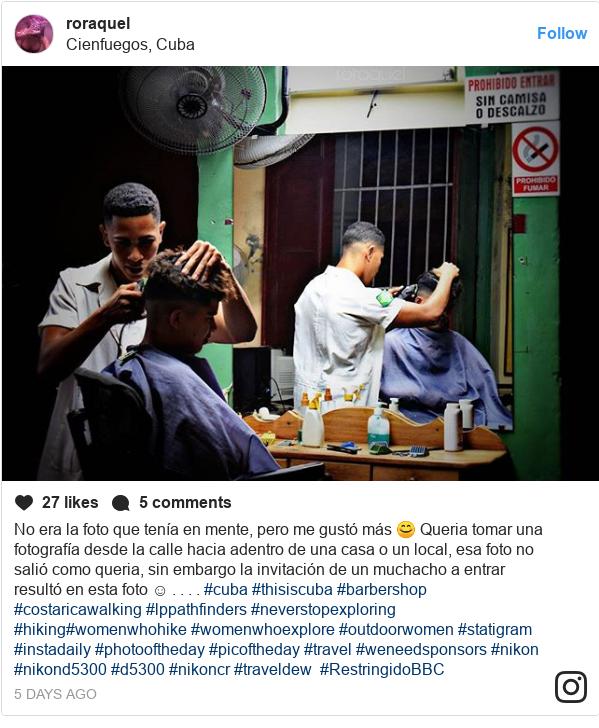 Publicación de Instagram por roraquel: No era la foto que tenía en mente, pero me gustó más 😊 Queria tomar una fotografía desde la calle hacia adentro de una casa o un local, esa foto no salió como queria, sin embargo la invitación de un muchacho a entrar resultó en esta foto ☺️ . . . . #cuba #thisiscuba #barbershop #costaricawalking  #lppathfinders #neverstopexploring #hiking#womenwhohike #womenwhoexplore #outdoorwomen #statigram #instadaily #photooftheday #picoftheday #travel  #weneedsponsors #nikon #nikond5300 #d5300 #nikoncr #traveldew #RestringidoBBC
