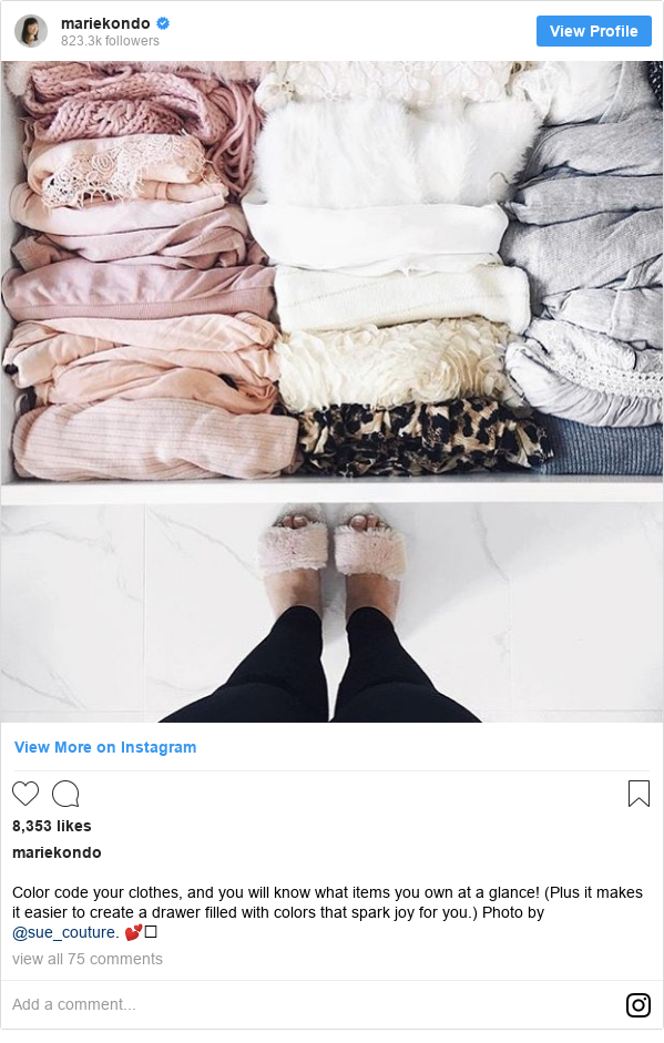 Publicación de Instagram por mariekondo: Color code your clothes, and you will know what items you own at a glance! (Plus it  makes it easier to create a drawer filled with colors that spark joy for you.) Photo by @sue_couture. 💕⠀