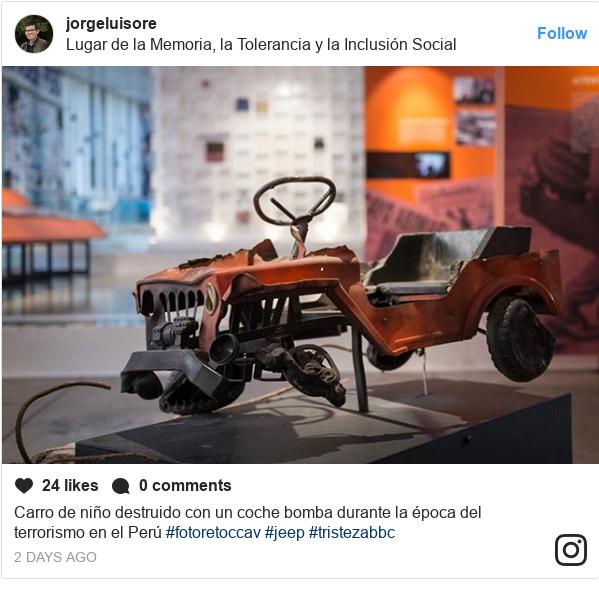 Publicación de Instagram por jorgeluisore: Carro de niño destruido con un coche bomba durante la época del terrorismo en el Perú #fotoretoccav #jeep #tristezabbc