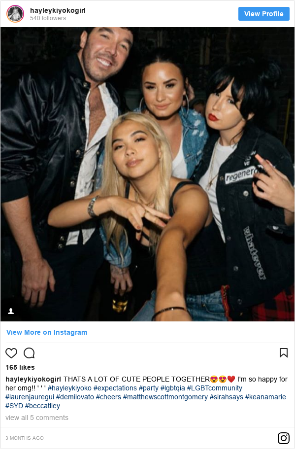 Publicación de Instagram por hayleykiyokogirl: THATS A LOT OF CUTE PEOPLE TOGETHER😍😍❤️ I'm so happy for her omg!! ' ' ' #hayleykiyoko #expectations #party #lgbtqia #LGBTcommunity #laurenjauregui #demilovato #cheers #matthewscottmontgomery #sirahsays #keanamarie #SYD #beccatiley