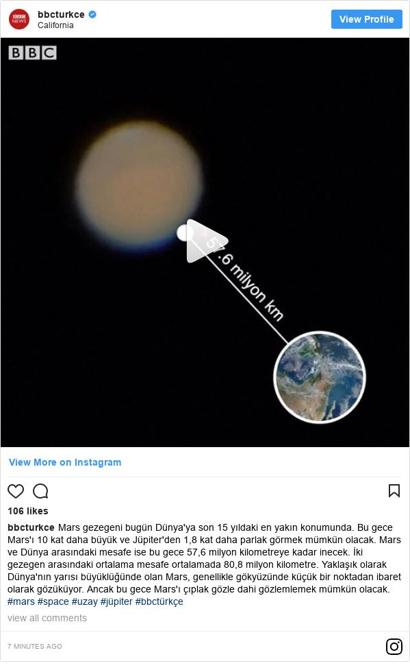 bbcturkce tarafından yapılan Instagram paylaşımı: Mars gezegeni bugün Dünya'ya son 15 yıldaki en yakın konumunda. Bu gece Mars'ı 10 kat daha büyük ve Jüpiter'den 1,8 kat daha parlak görmek mümkün olacak. Mars ve Dünya arasındaki mesafe ise bu gece 57,6 milyon kilometreye kadar inecek. İki gezegen arasındaki ortalama mesafe ortalamada 80,8 milyon kilometre. Yaklaşık olarak Dünya'nın yarısı büyüklüğünde olan Mars, genellikle gökyüzünde küçük bir noktadan ibaret olarak gözüküyor. Ancak bu gece Mars'ı çıplak gözle dahi gözlemlemek mümkün olacak. #mars #space #uzay #jüpiter #bbctürkçe