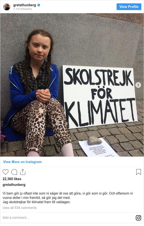 Instagram 用户名 gretathunberg: Vi barn gör ju oftast inte som ni säger åt oss att göra, vi gör som ni gör. Och eftersom ni vuxna skiter i min framtid, så gör jag det med.  Jag skolstrejkar för klimatet fram till valdagen.