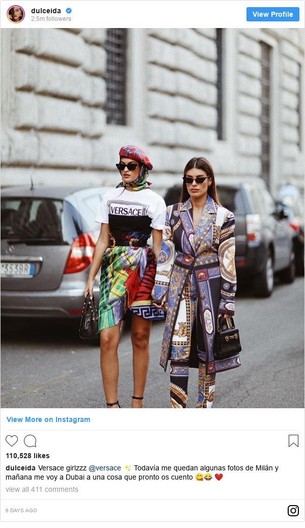 Publicación de Instagram por dulceida: Versace girlzzz @versace ✨ Todavía me quedan algunas fotos de Milán y mañana me voy a Dubai a una cosa que pronto os cuento 😋😂 ❤️