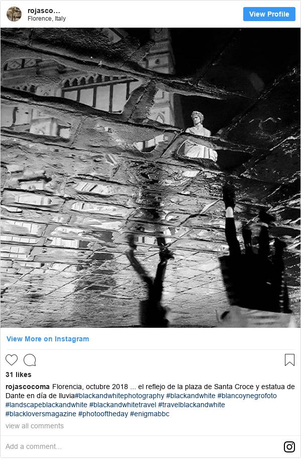 Publicación de Instagram por rojascocoma: Florencia, octubre 2018 ... el reflejo de la plaza de Santa Croce y estatua de Dante en día de lluvia#blackandwhitephotography #blackandwhite #blancoynegrofoto #landscapeblackandwhite #blackandwhitetravel #travelblackandwhite #blackloversmagazine #photooftheday #enigmabbc