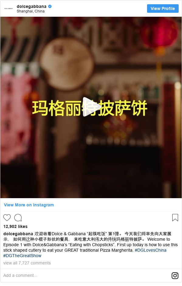 """Instagram pesan oleh dolcegabbana: 欢迎收看Dolce & Gabbana """"起筷吃饭"""" 第1弹。 今天我们将率先向大家展示, 如何用这种小棍子形状的餐具, 来吃意大利伟大的传统玛格丽特披萨。  Welcome to Episode 1 with Dolce&Gabbana's """"Eating with Chopsticks"""". First up today is how to use this stick shaped cutlery to eat your GREAT traditional Pizza Margherita.  #DGLovesChina #DGTheGreatShow"""