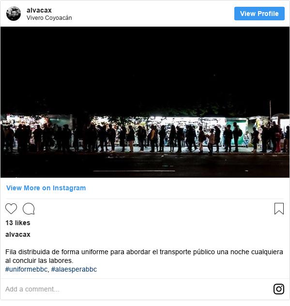 Publicación de Instagram por alvacax: Fila distribuida de forma uniforme para abordar el transporte público una noche cualquiera al concluir las labores. #uniformebbc, #alaesperabbc